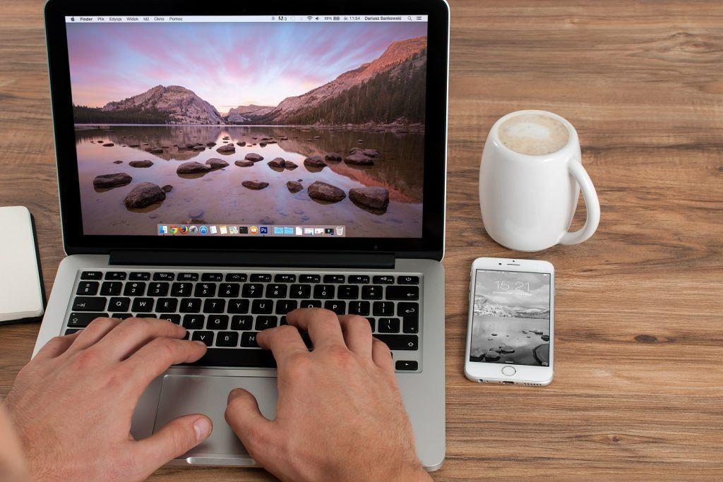 café, ordenador y móvil, elementos para ganar dinero en internet
