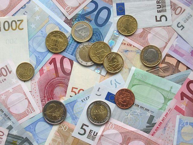 dinero con monedas en la segunda limpieza del blog