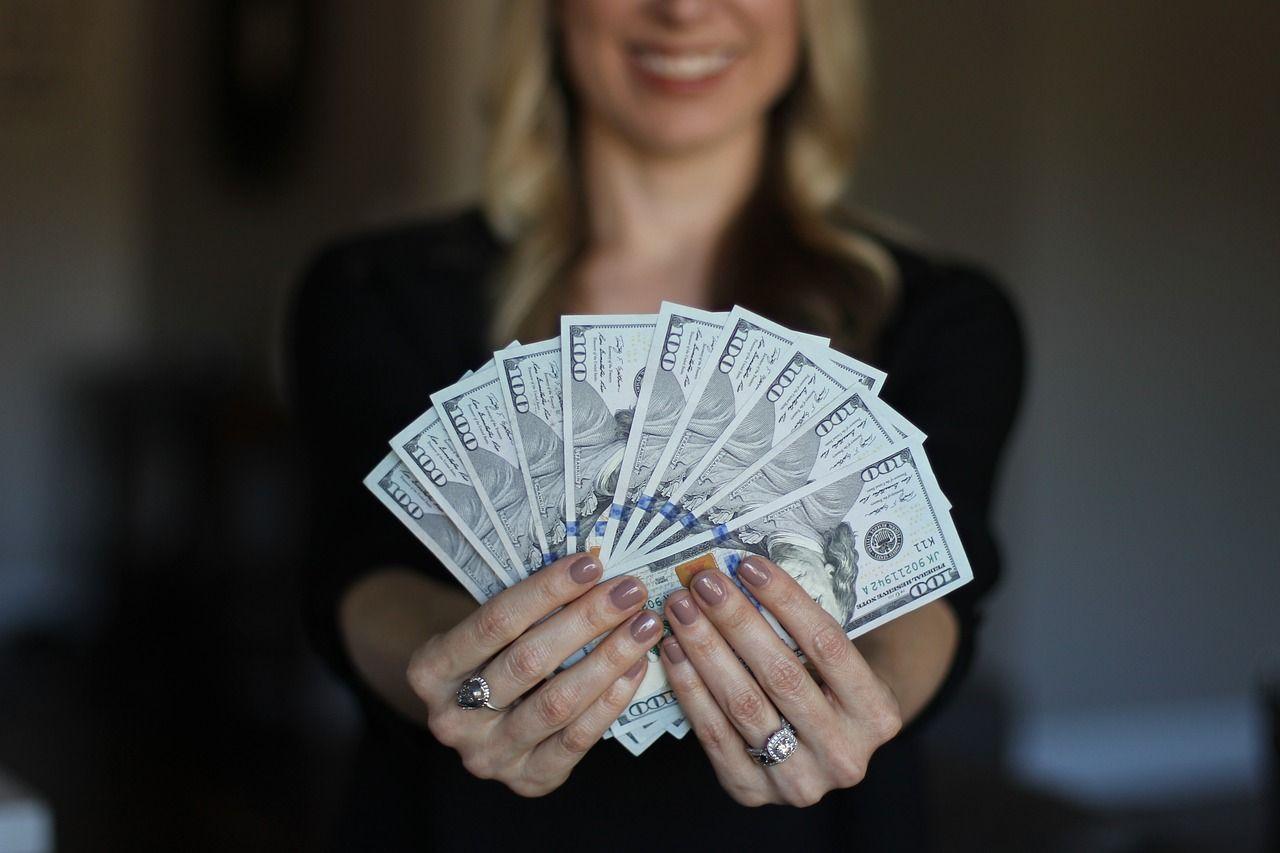 mujer con dinero ganado online